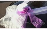 Bílý cylindr na automobil s růžemi