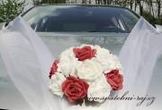 Květina na auto s pěnovými růžemi